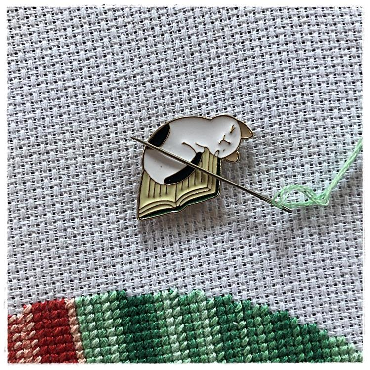 Magnetic Needle Minder Cat & Book